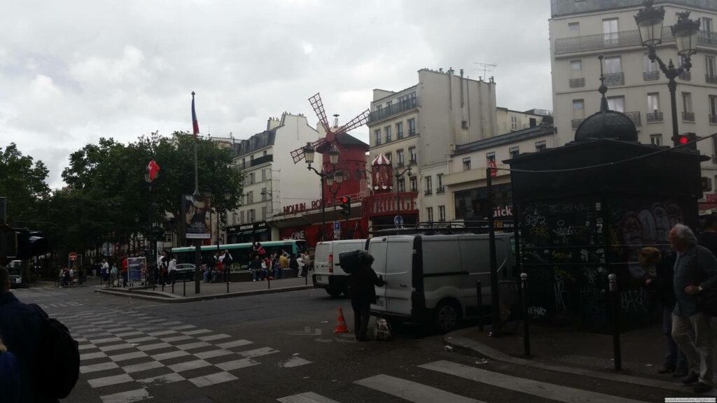Mouline Rouge w Paryżu pod hotelem