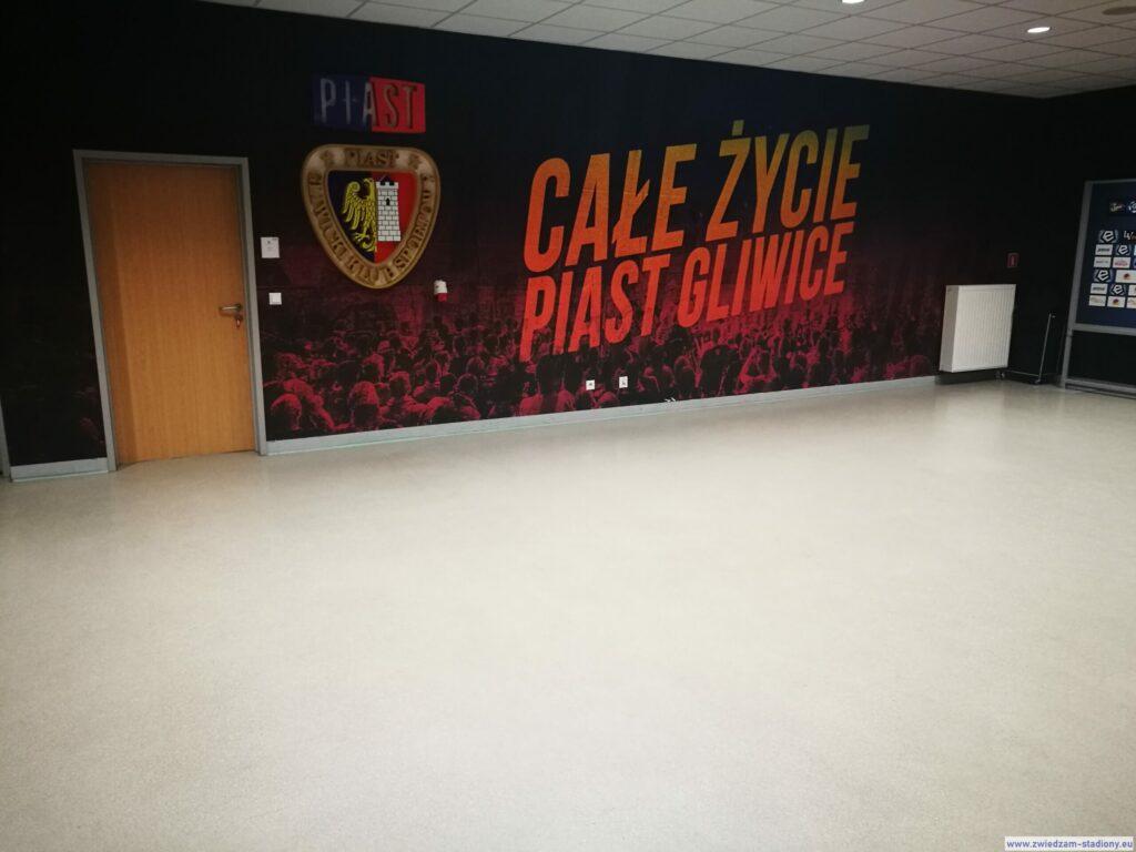 korytarz prowadzący na boisko stadionu Piasta Gliwice