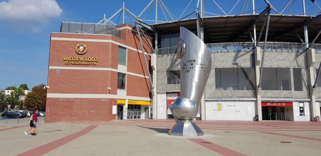 pomnik przedstadionem Widzewa