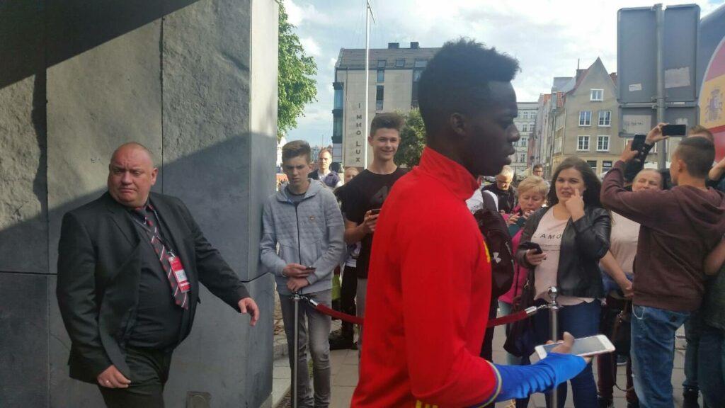 Inaki Williams wychodzący z hotelu w Gdańsku