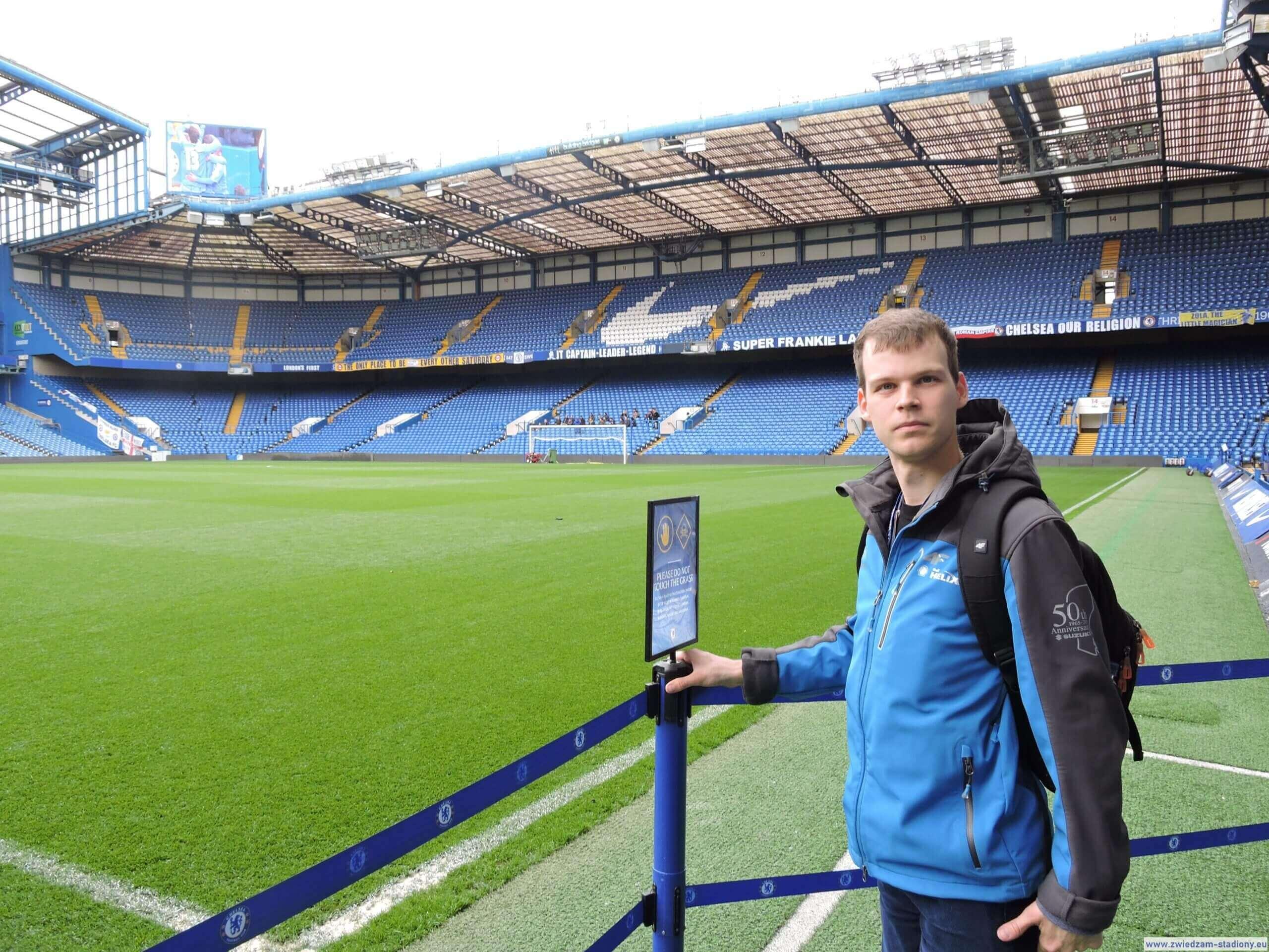 autor bloga na murawie Stamford Bridge