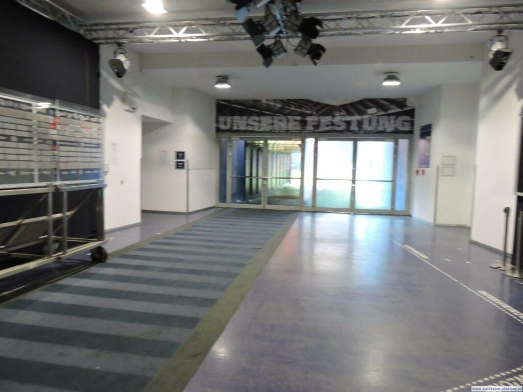 korytarz prowadzący na boisko HSV