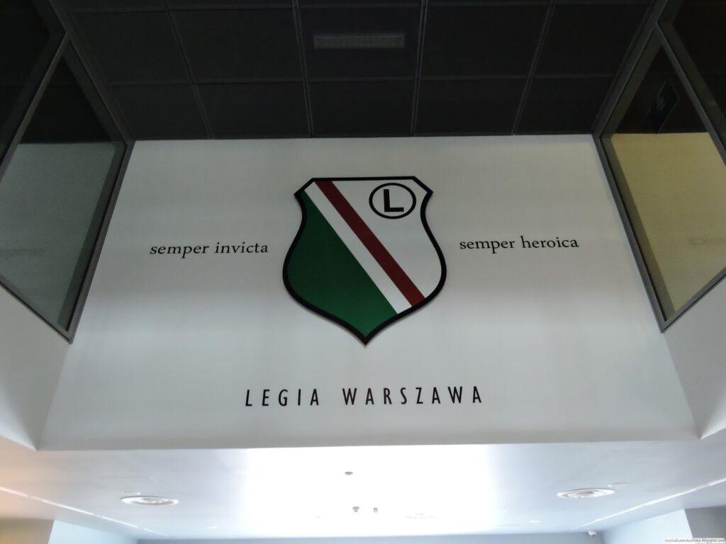 motto klubu Legia Warszawa w holu