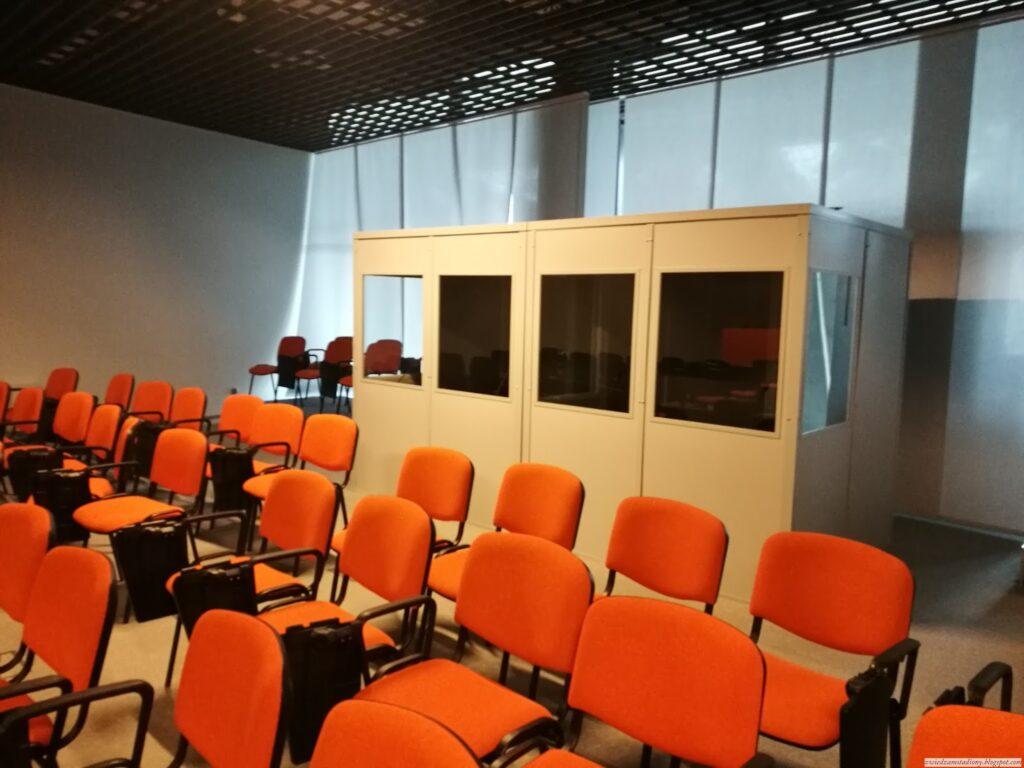 stanowiska dla tłumaczy nasali konferencyjnej stadionu wBiałymstoku