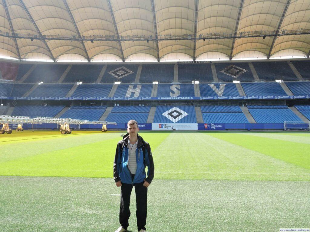 autor bloga na boisku stadionu w Hamburgu