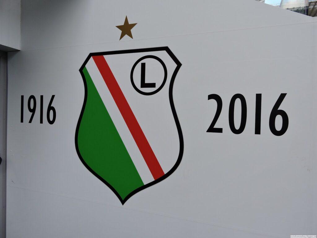 herb klubu w tunelu prowadzącym na boisko Legii Warszawa