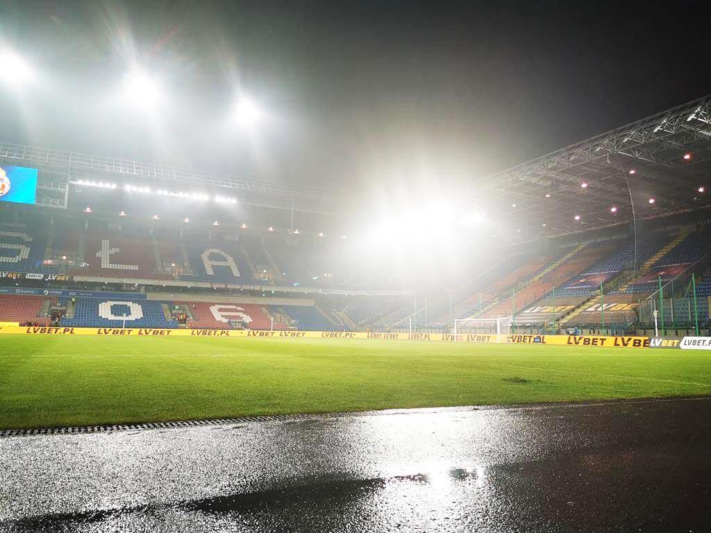 ulewa na stadionie przed meczem