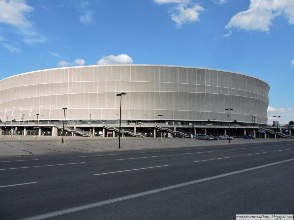 fasada stadionu weWrocławiu odstrony ullicy
