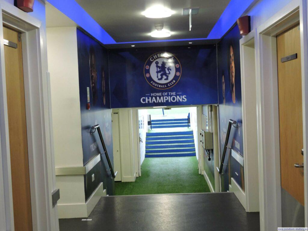 tunel prowadzący namurawę stadionu Stamford Bridge