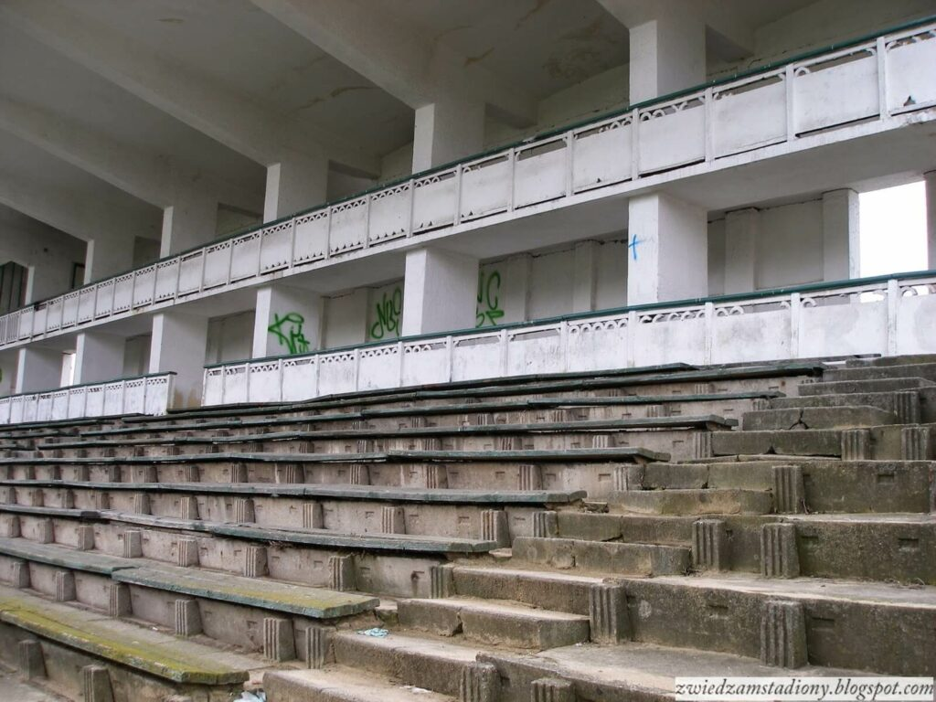 ławki na trybunie krytej stadionu Marymont