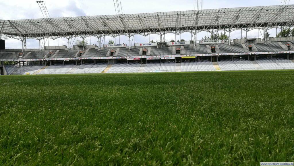 widok namurawę stadionu Suzuki Arena