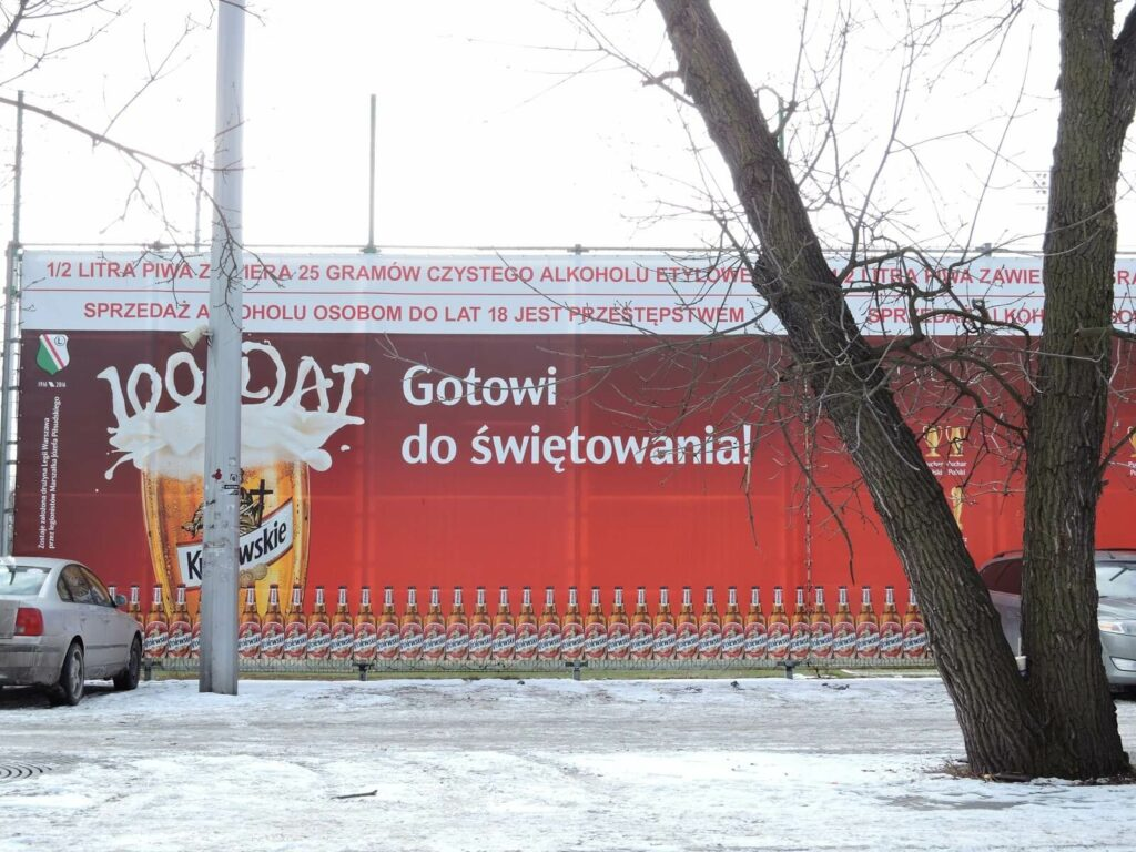 2 banner sponsora przed stadionem Legii