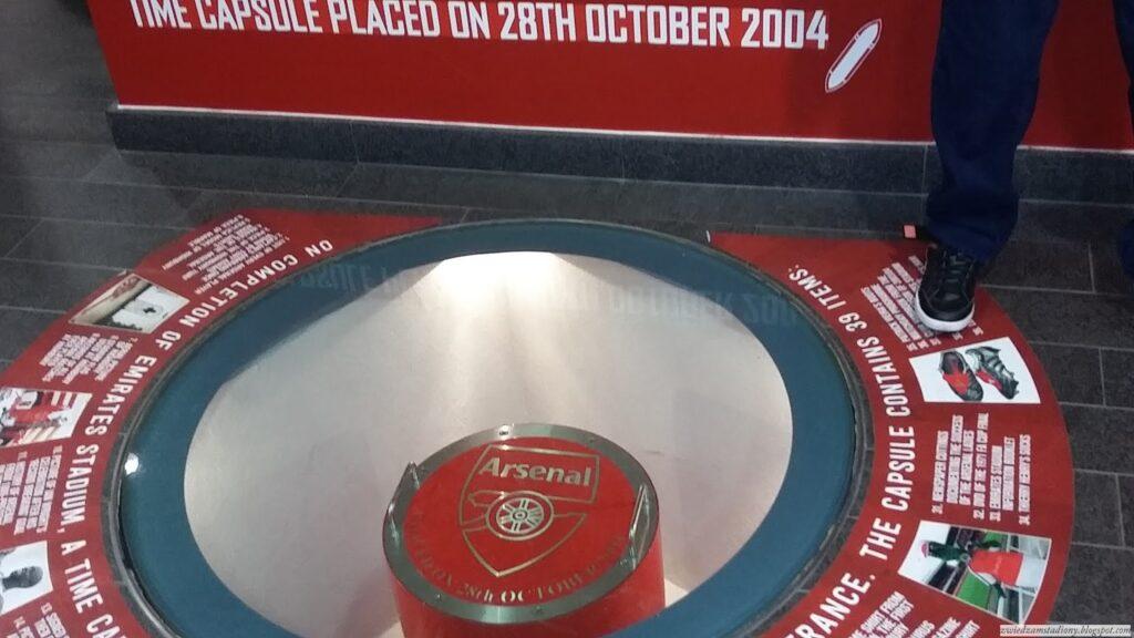 kapsuła czasu w lobby stadionu
