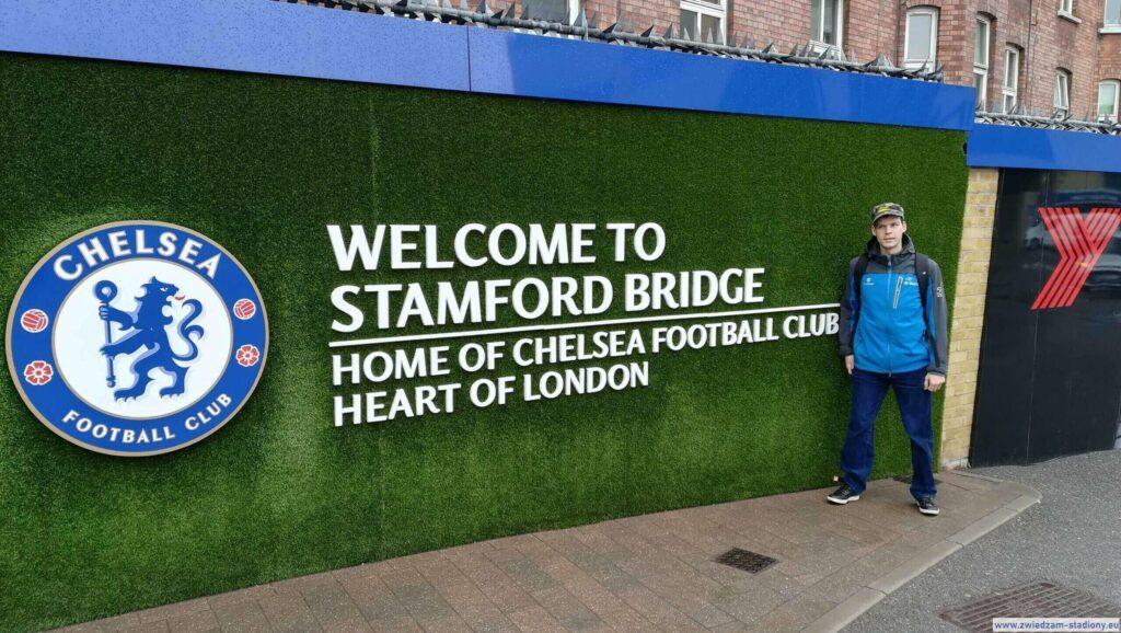 autor bloga przedwejściem nastadion Chelsea Londyn