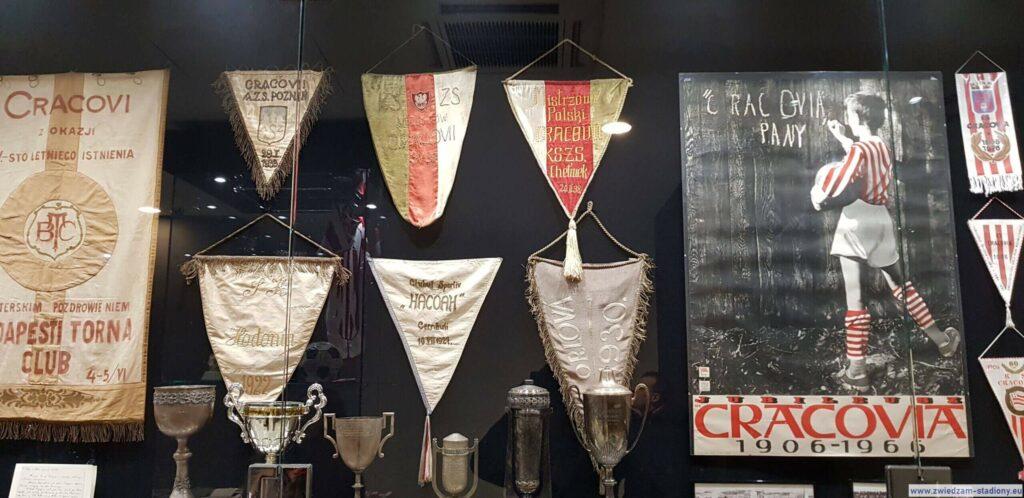 gablota zpiłkarskimi trofeami Cracovii