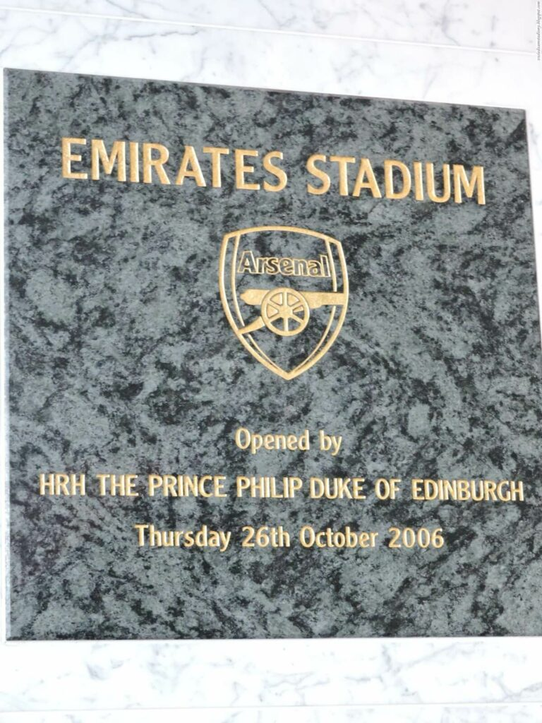 tablica pamiątkowa na stadionie Emirates Stadium