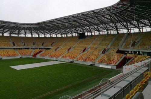 trybuna z sektorem gości na stadionie w Białymstou