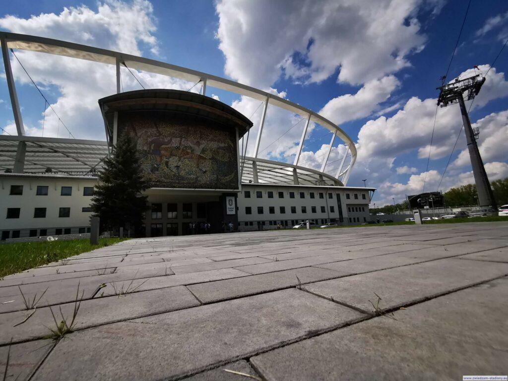 wejście dobudynku klubwego nastadionie śląskim