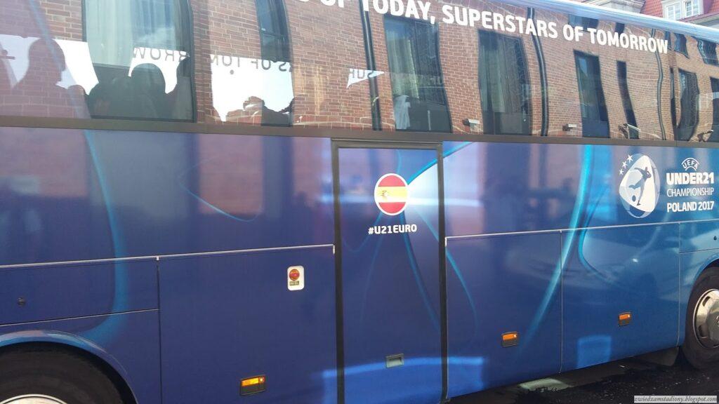 autobus reprezentacji Hiszpanii ze sloganem
