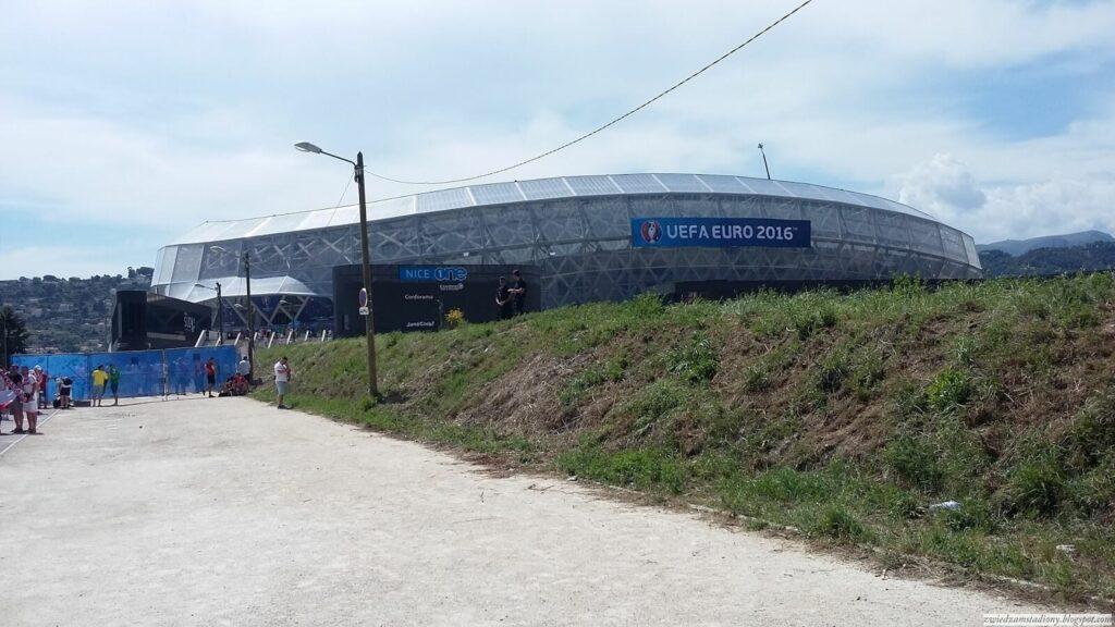 bramki wejściowe przed stadionem w Nicei