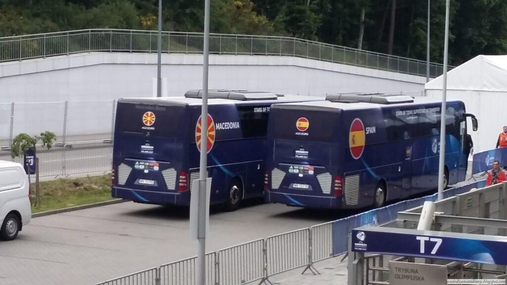 autobusy reprezentacji Hiszpanii i Macedonii pod stadionem