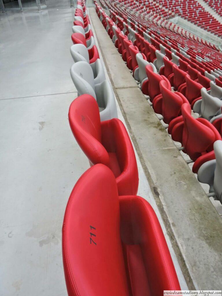 biało czerwone krzesełka na stadionie narodowym w Warszawie