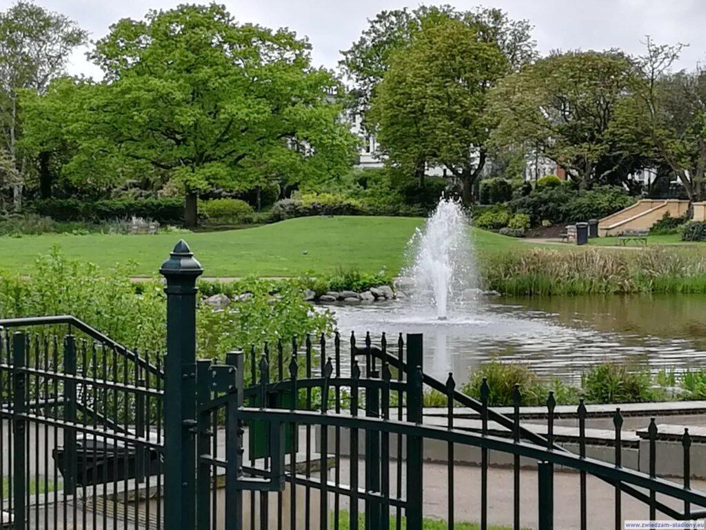 fontanna w parku w drodze na stadion Fulham