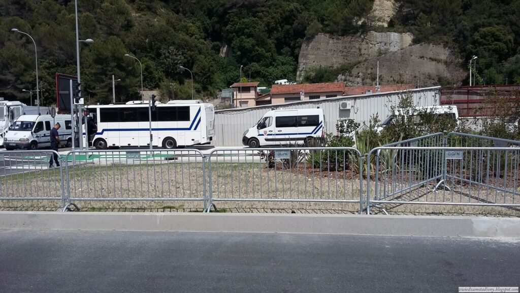 zastępy policji pod stadionem