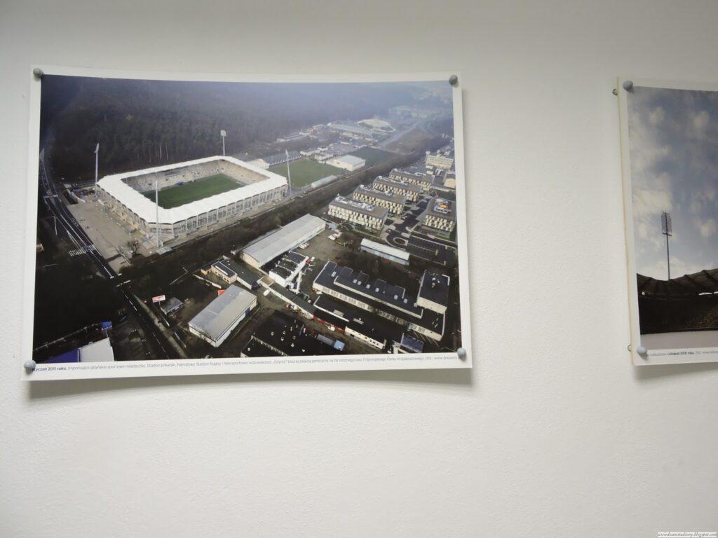 galeria zdjęć stadionu nakorytarzy prowadzącym namurawę