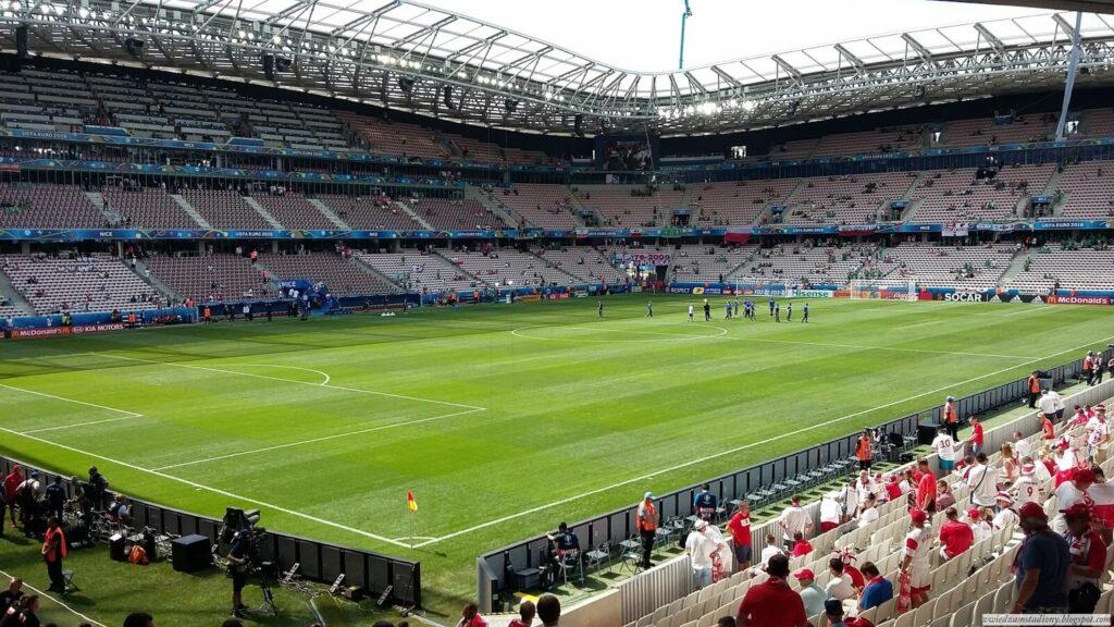 widok na stadion z trybuny na łuku
