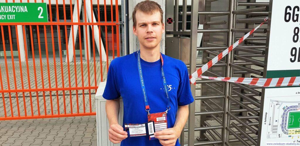 autor bloga przed wejściem na stadion w Bielsku-Białej