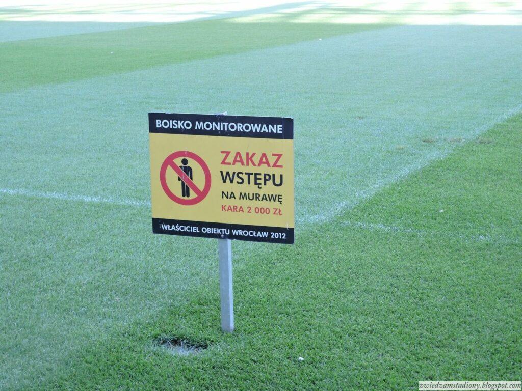 zakaz wstępu namurawę stadionu