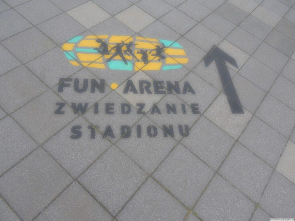 Drogowskaz na terenie stadionu