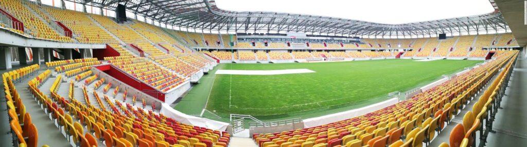 widok natrybunę główną stadionu wBiałymstoku