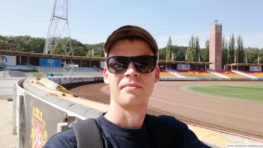 autor bloga na tle stadionu olimpijskiego