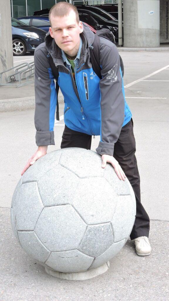 Autor bloga przy pomniku pod stadionem Ernsta Happela w Wiedniu