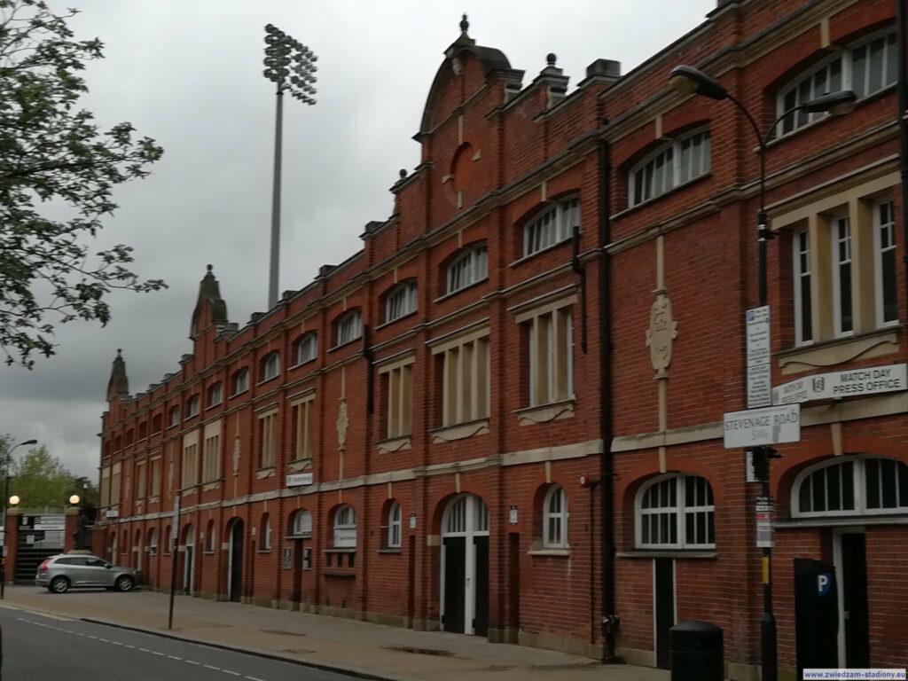 Zabudowa i oświetlenie stadionu