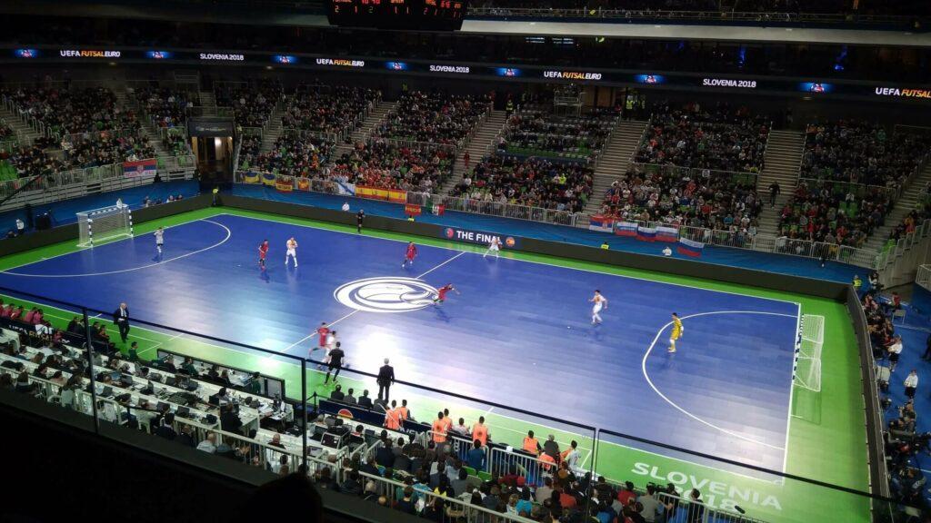 polak na stadionach na meczu futsalu w Słowenii