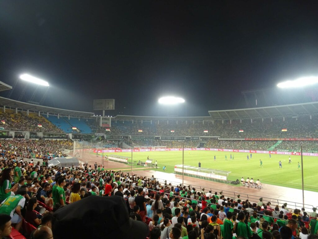 polak na stadionach na meczu w Chinach