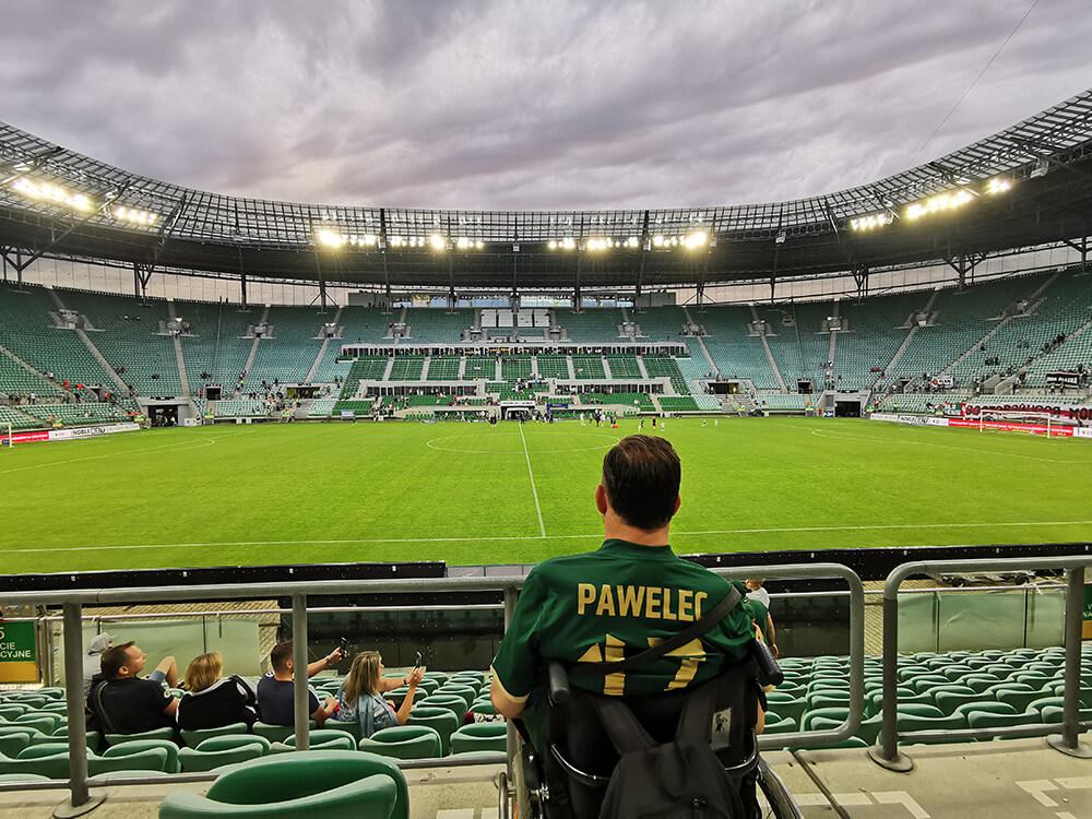 widok z trybuny na stadionie miejskim we Wrocławiu