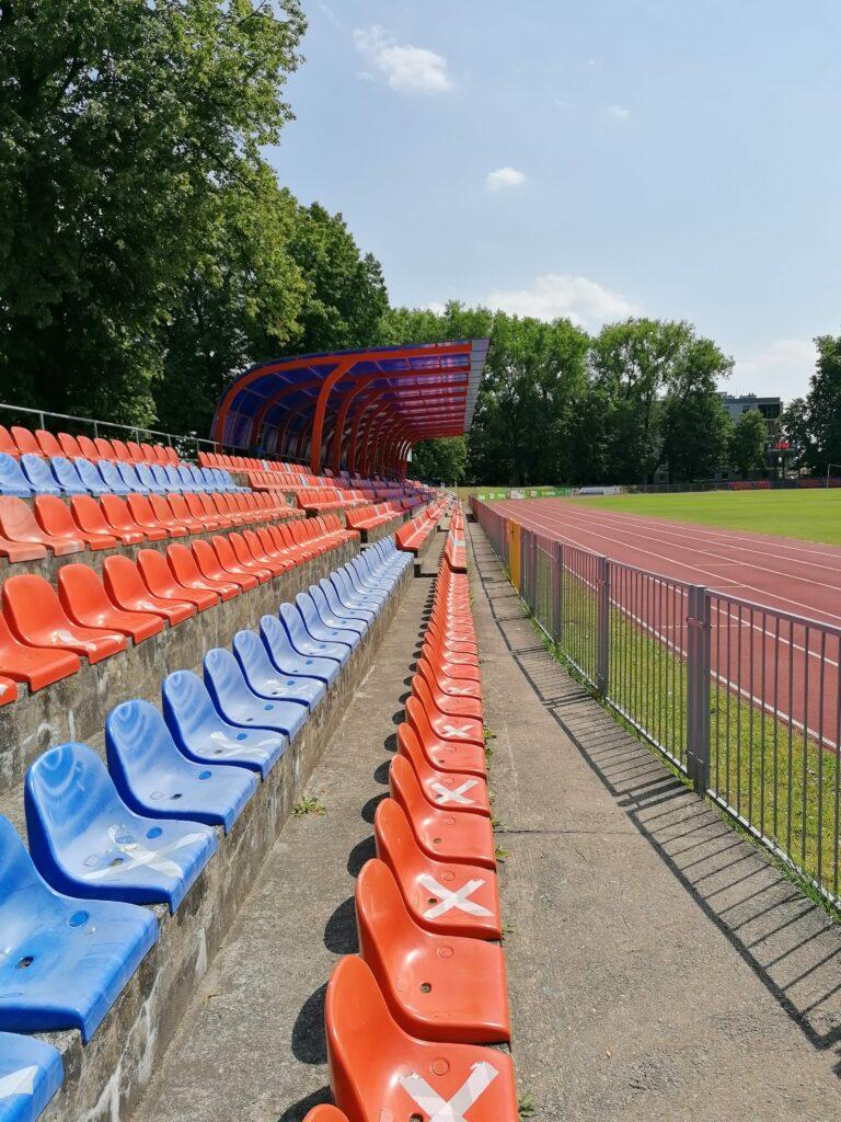 krzesełka na stadionie ursusa