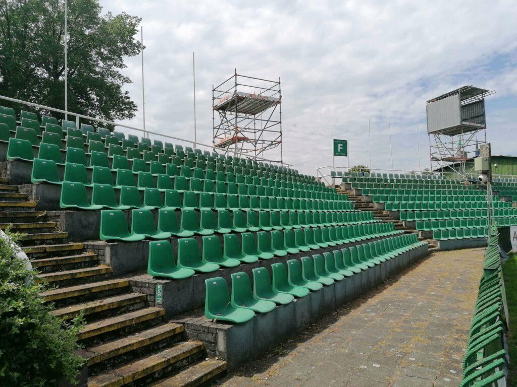trybuna otwarta na stadionie w grodzisku