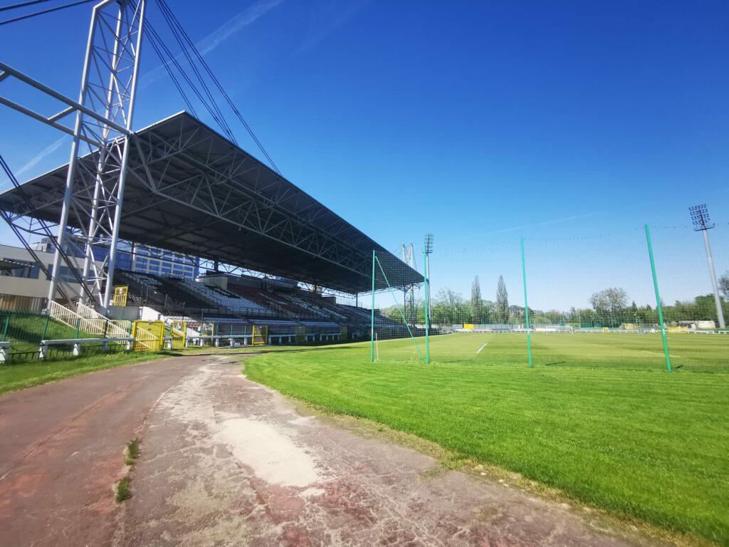 widok z bieżni na stadionie polonii