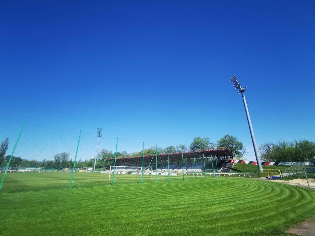 widok zza bramki na stadionie polonii warszwa
